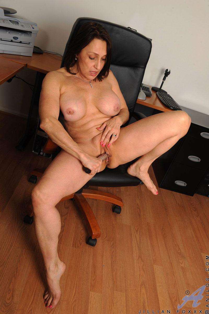 Русская женщина мастурбирует прямо в офисе 5 фотография