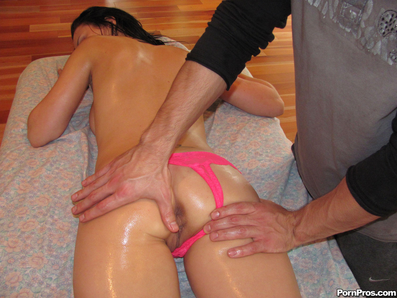 Трахнул неожиданно девушку во время массажа 10 фотография