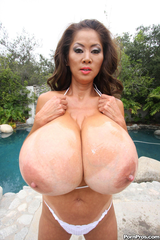 Самые большие сиськи азиаток 15 фотография