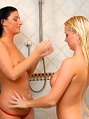 REALITYKINGS Jennifer Two in the tub Mollyslife