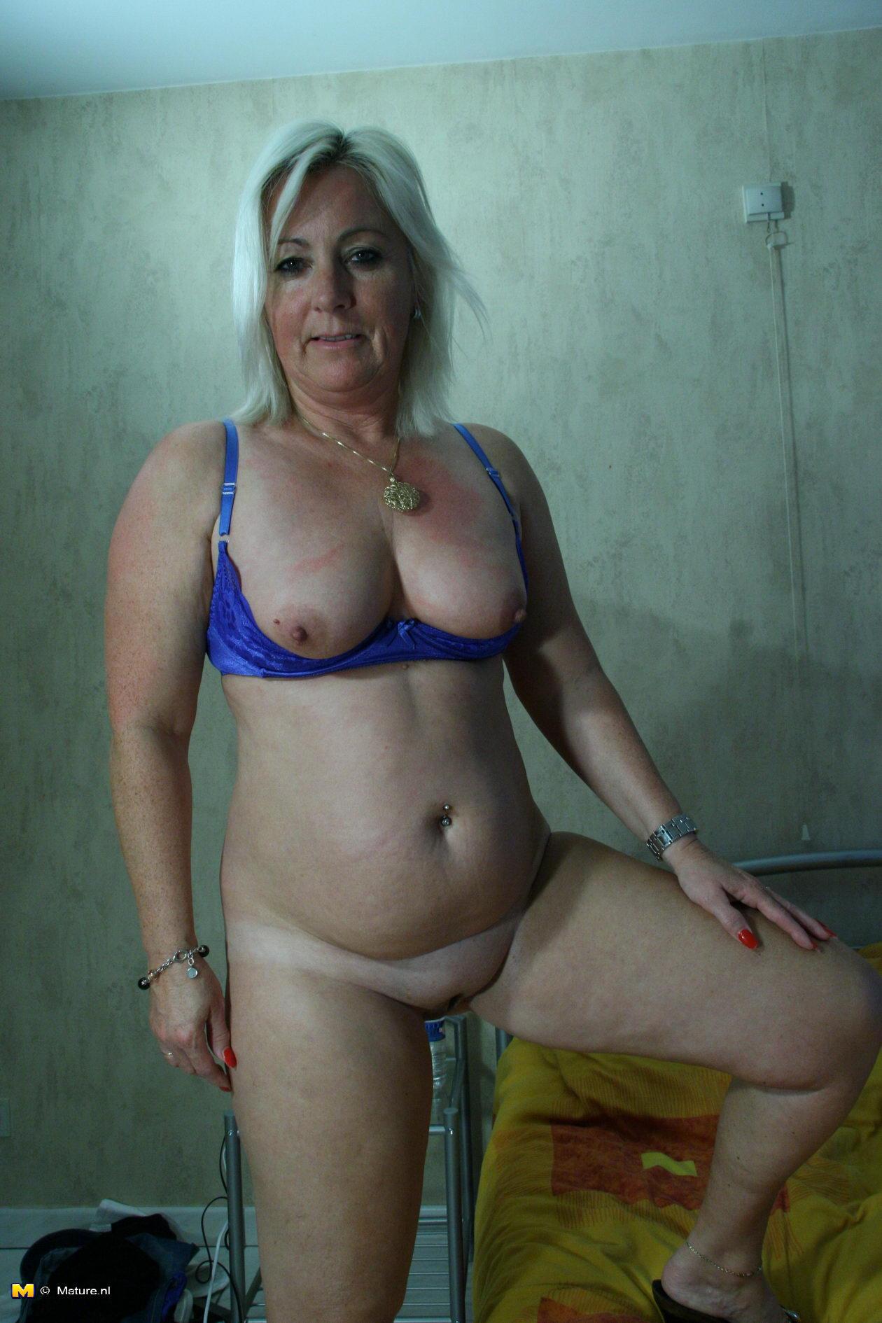 Смотреть эротические фото бесплатно женщины в возрасте 19 фотография