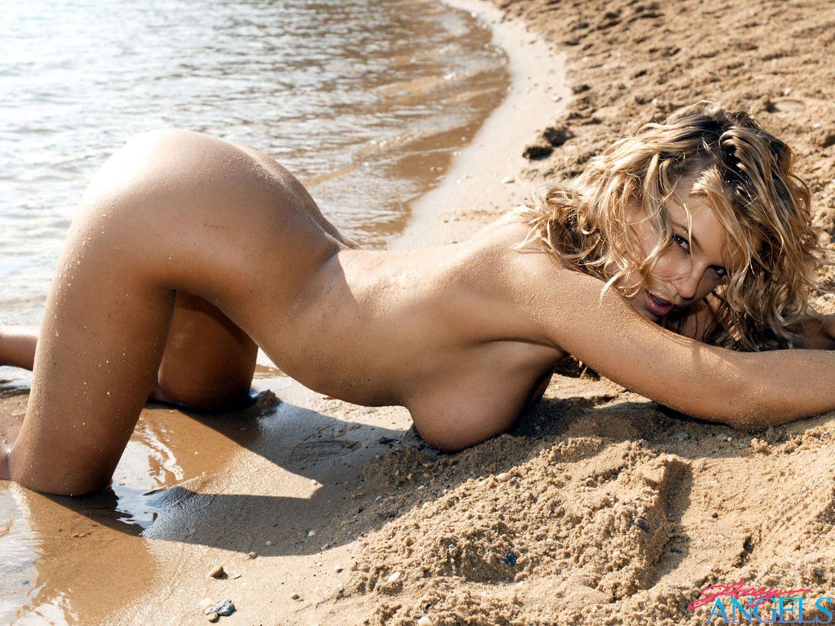 Фото девок но пляже 16 фотография
