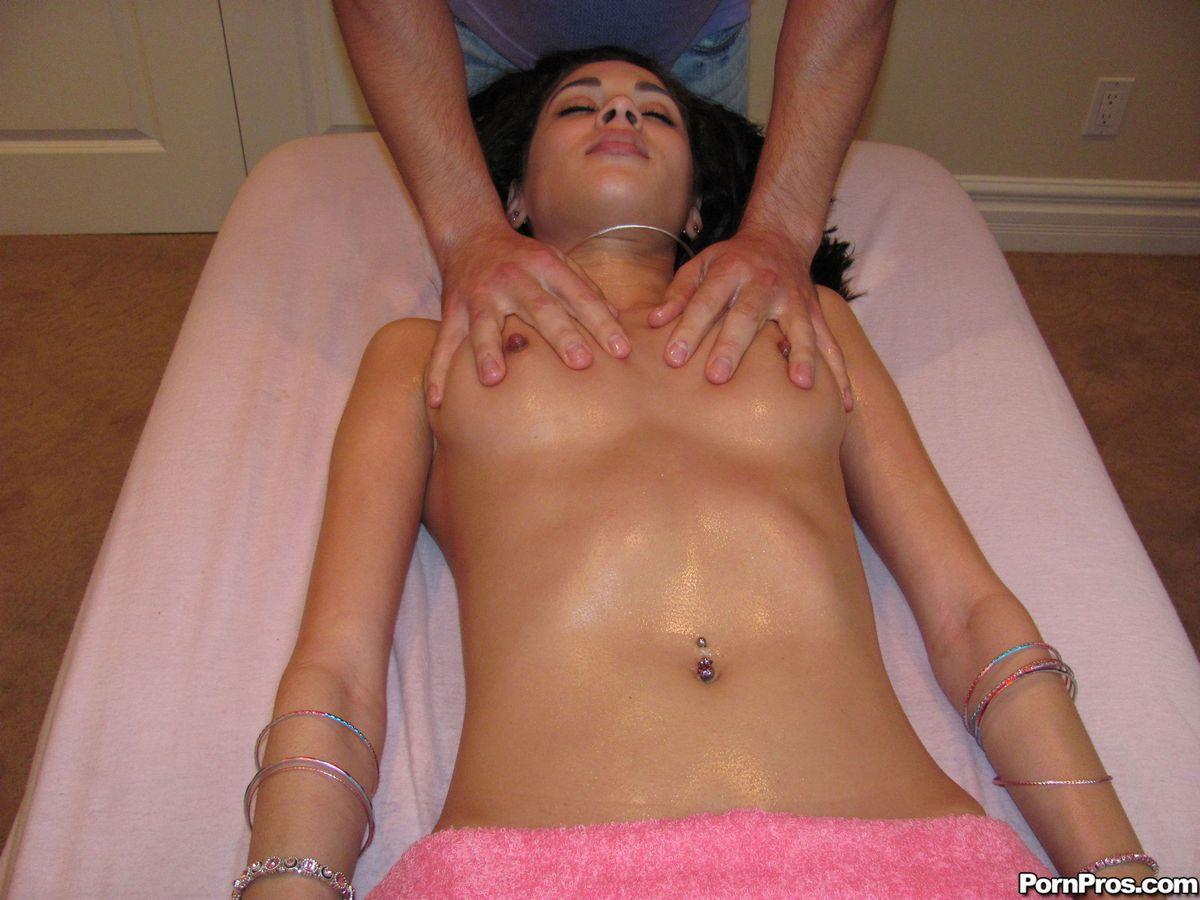 Тайка делает эротический массаж парню 7 фотография