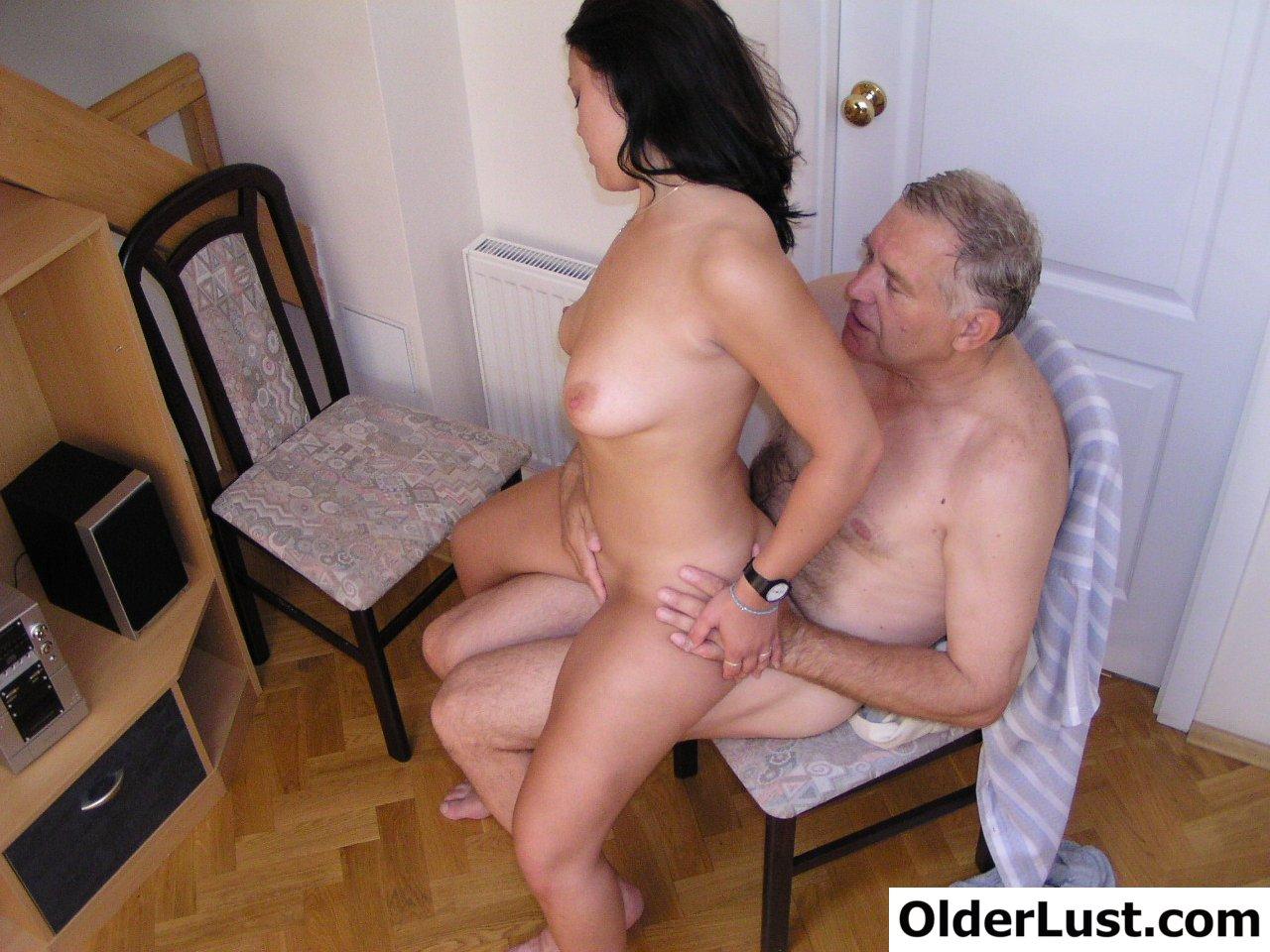 Дедушка трахает смазливую внучку - Порно видосики
